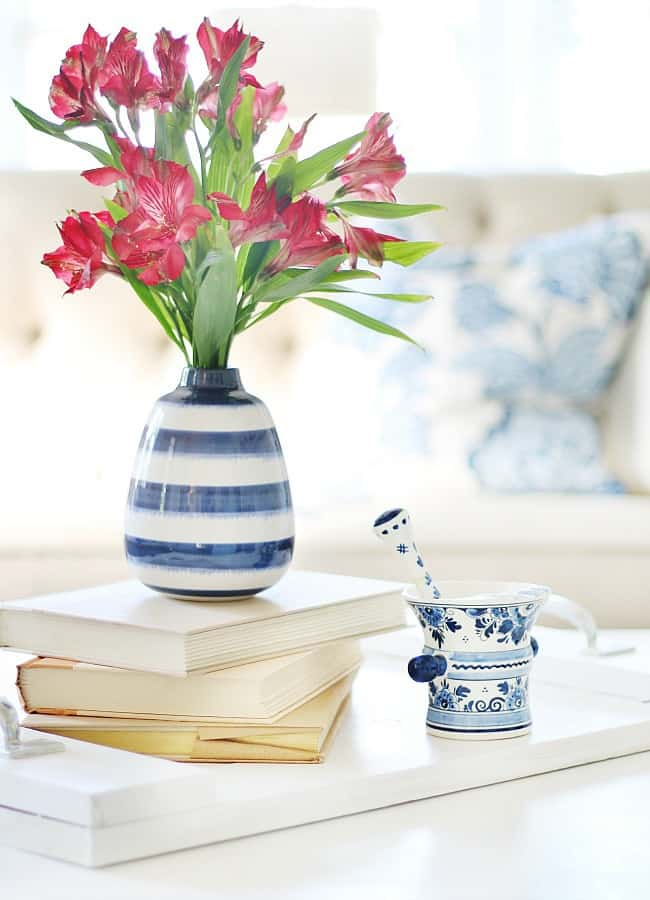 how to decorate a coffee table blue and white vase