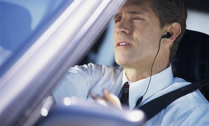 dirigir com fone de ouvida dá multa