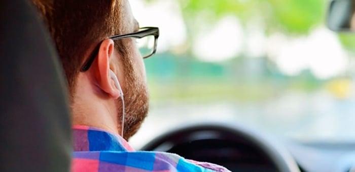 dirigir com fone de ouvido da multa