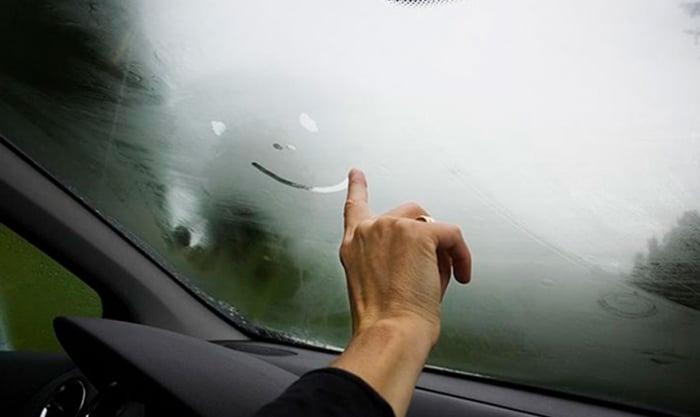 como desembaçar o vidro do carro