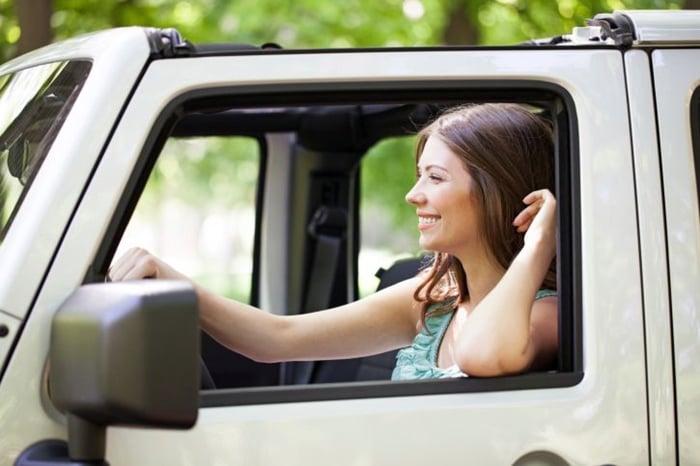 dirigir com o braço de fora do veículo
