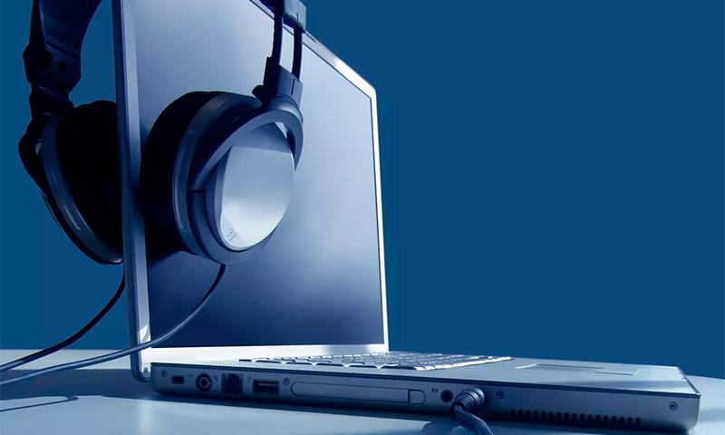 1) Егер сіз аналық платаға салынбаған дыбысты және бөлек аудио картаны қолдансаңыз, басқару тақтасындағы драйверлер мен қосымша параметрлерді жаңарту қажет болуы мүмкін. Өндірушінің веб-сайтына өтіп, іздеуді құрылғының атымен пайдаланыңыз. Айтпақшы, драйверлерді қайта орнату кейде қажет, ал кірістірілген дыбыс жағдайында қажет.