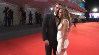Jennifer Lopez e Ben Affleck sul red carpet di #Venezia78