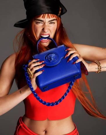 Photoshoot. Dua Lipa posa per la campagna autunno inverno 2021 di Versace!