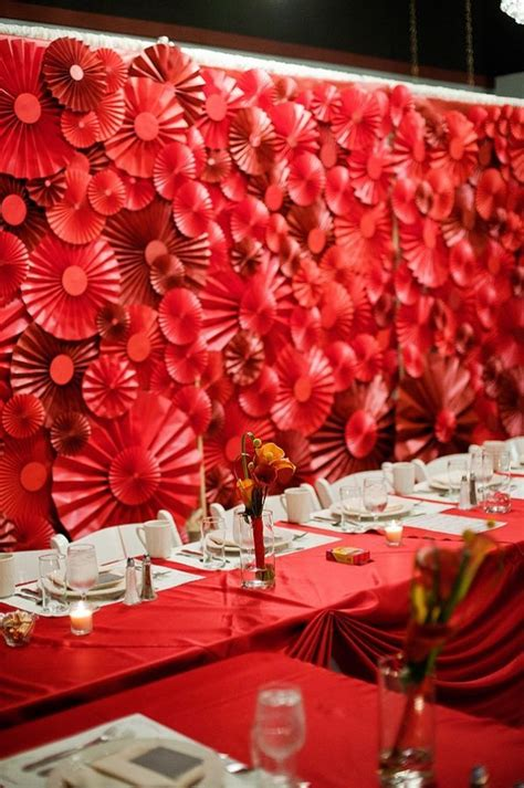 red pinwheel head table backdrop idées de mariage