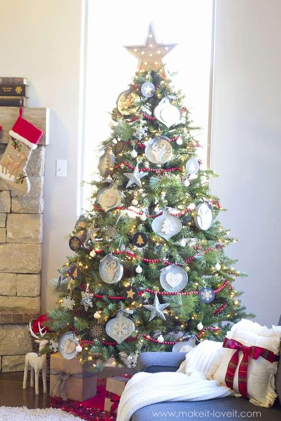 Juletre med original dekorasjon