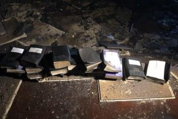 """Los bomberos encuentran Biblias intactas en el fuego de la iglesia: """"Aunque las probabilidades estaban en contra de nosotros, Dios no lo estaba"""""""