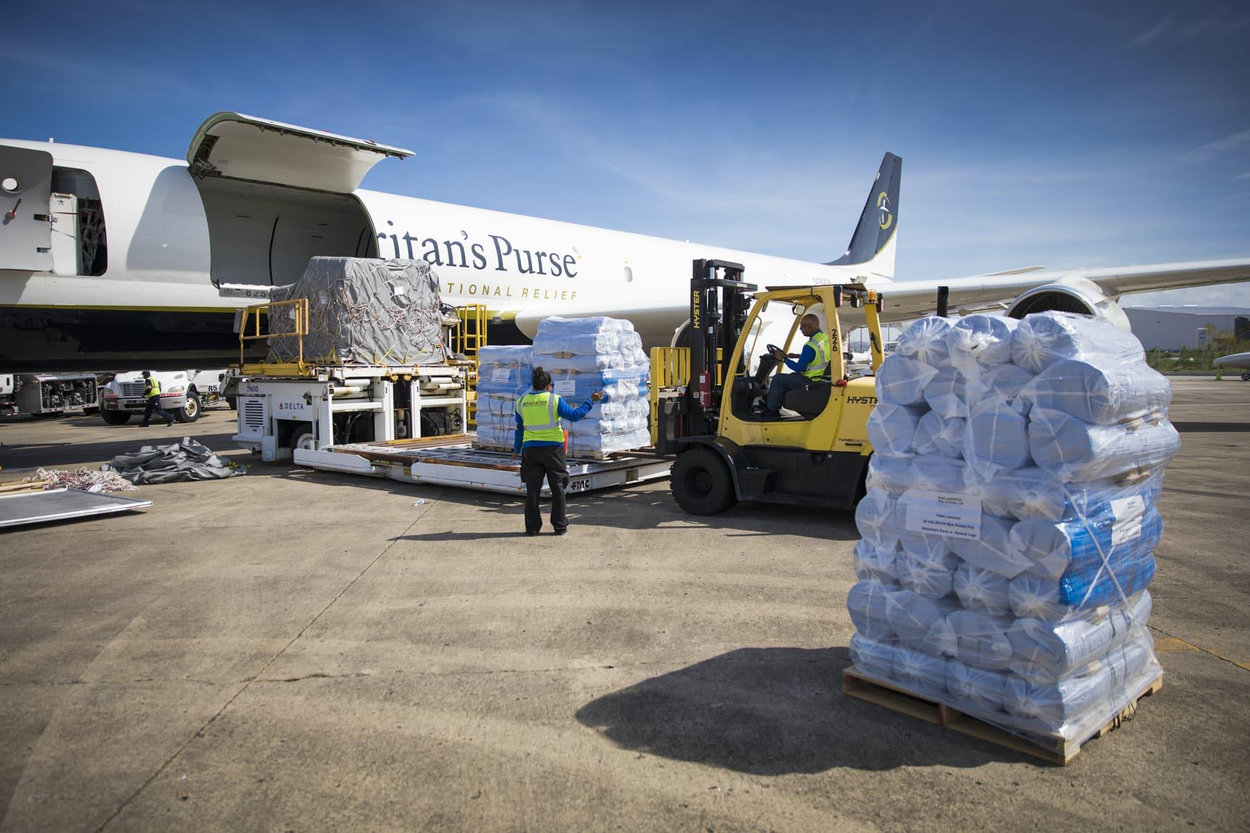 Samaritan's Purse DC-8 con suministros de socorro para entregarlos tan pronto como el aeropuerto allí vuelva a abrir.