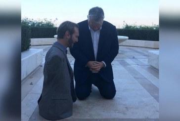 Nick Vujicic ora por primeros ministros europeos, durante su gira por Europa