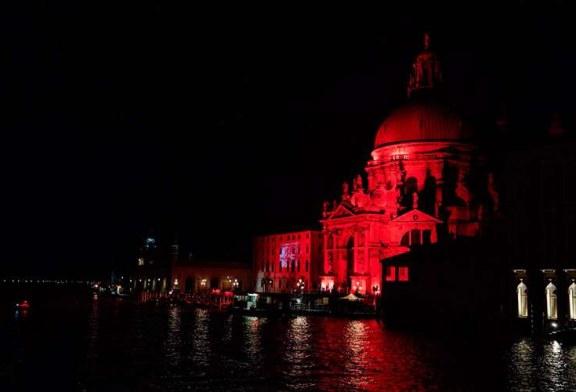 Así lució Venecia al iluminarse de rojo en honor a los cristianos perseguidos