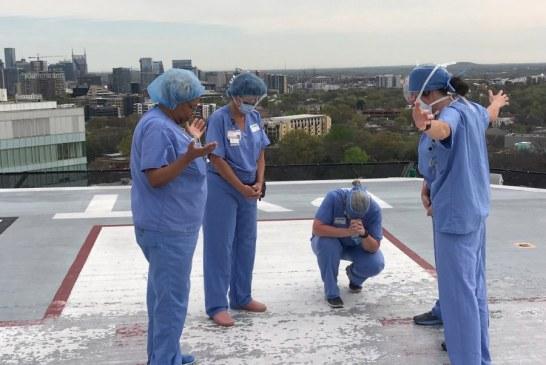 Enfermeras de Tennessee oran en el helipuerto del centro médico