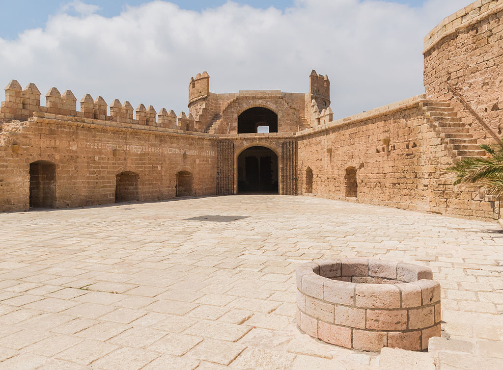 File Torre De La Polvora Courtyard Well Alcazaba