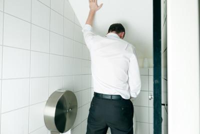 Miért van a víz és a férfiak habzás: okok, kezelés, megelőzés
