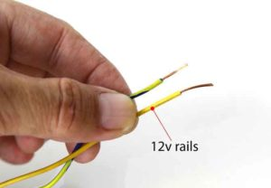 Exempel på kontakter på en ljudförstärkares kropp