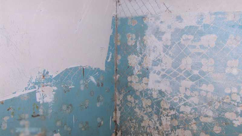 Preparazione del muro dipinto per posare piastrelle