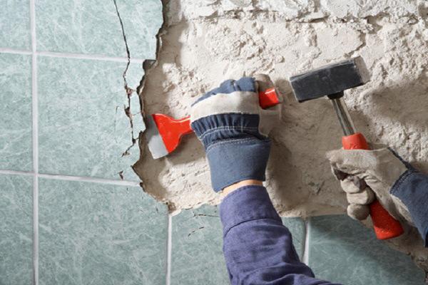 Rimuovere la vecchia piastrella può essere in modo indipendente