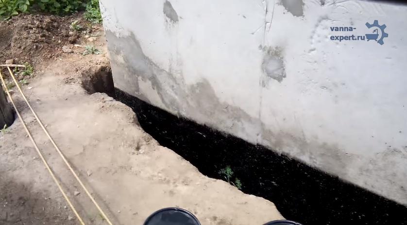 욕조가 거리에 있기 때문에 토양과 접촉하여 하부의 방수를 생성했습니다.
