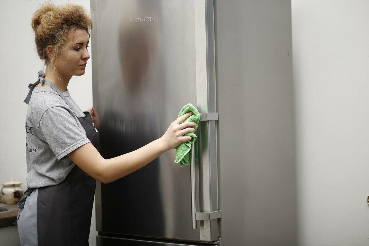 Avloppsbricka i kylskåpet med ett droppdefrostningssystem