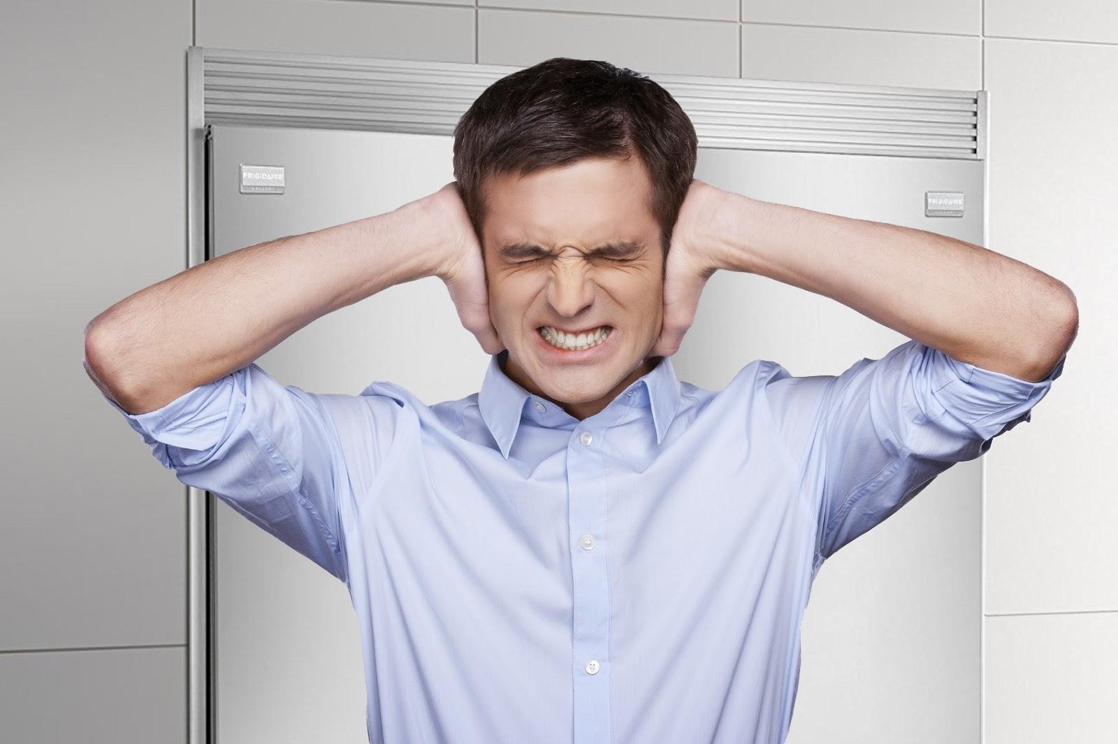 Om klicken är något i rad med pauser mellan dem, kan det prata om spänningsproblem i elnätet eller störningar i elektrochetles, ledningar - du måste kontrollera kontakten, kontakterna, nätverket; Om problemet inte försvinner, och en annan teknik lider av differentieringar i nätverket är det värt att installera en spänningsstabilisator.