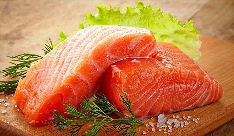 1粉红色三文鱼。