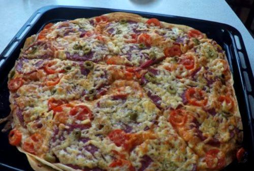 Pizza caseira rápida na pita - nós cozinhamos no forno