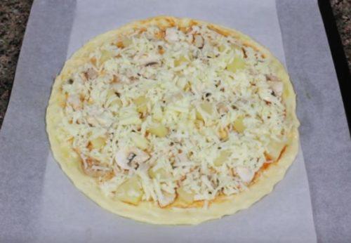 Pizza havaiana com frango, cogumelos e abacaxis em casa