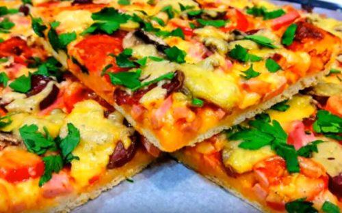 Deliciosa pizza caseira com salsicha cozida