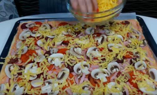 """Semplice e allo stesso tempo, un piatto brillante ha a lungo acquisito popolarità in tutto il mondo, prima di tutto grazie alla sua variabilità. Ci sono almeno due dozzine di varietà di pizza classica, che differiscono in modo significativo in piegatura, forma e spessore di base. A loro volta, i cuochi nazionali hanno adattato queste ricette per """"le nostre"""" realtà e gusti. Assicurati di avere una pizza fatta in casa può essere simultaneamente semplice, un piatto economico e gustoso."""
