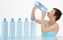 دختر نوشیدنی آب