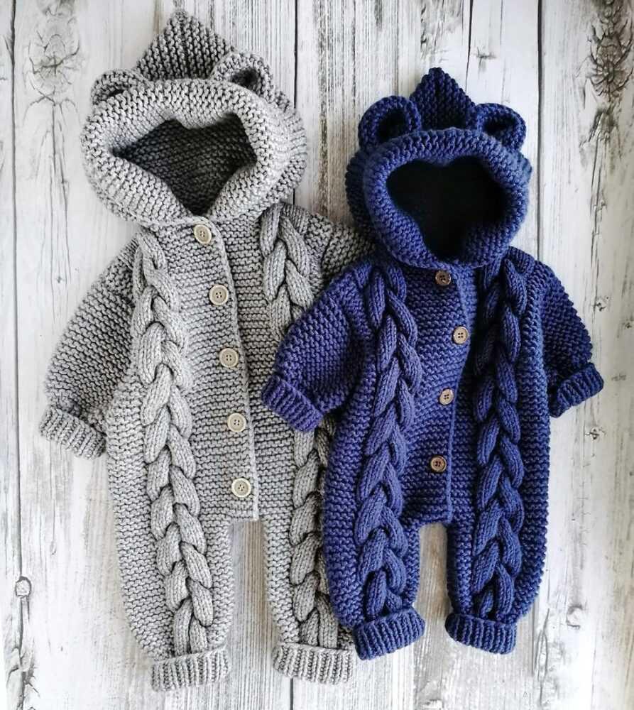 新生児のための編み針とジャンプスーツ。説明とスキーム