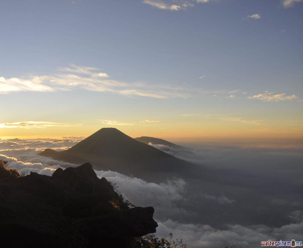 pendakian gunung sindoro via jalur kledung jawa tengah - gunung sindoro dari gunung sumbing