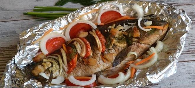 Kapr pečený v troubě se zeleninou
