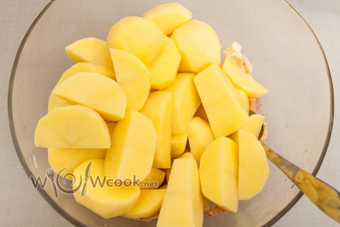 картофель нарезаем крупно