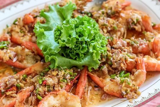 Если креветки тушатся с овощами, то получается аппетитное рагу с креветками