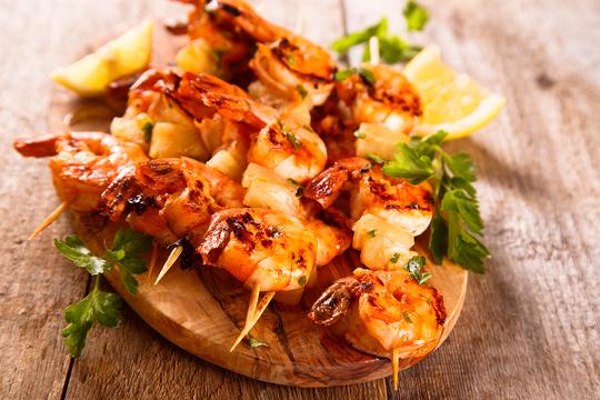 Per migliorare il gusto ai gamberetti, aggiungere spezie ed erbe, cuocere, friggere ed estinguerle non può essere troppo lungo, altrimenti diventerà duro e gomma