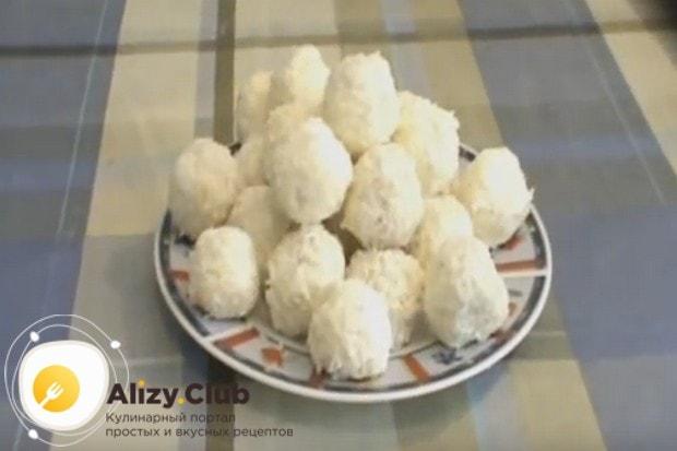 사진이있는이 간단한 조리법에 집에서 사탕 Rafaello를 요리하십시오.