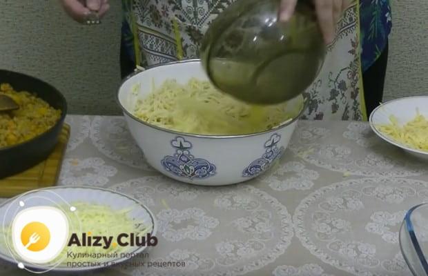 Спагетти жұмыртқасын құйыңыз және араластырыңыз.