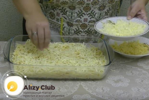 Біз майлы майға арналған спагеттиді шығарып, жартылай ірімшікті себіңіз.