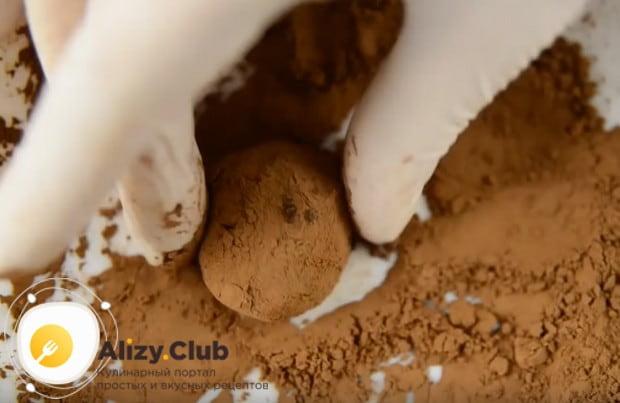 Трюфели, приготовленные по рецепту из шоколада, надо обвалять в какао и хранить в холодильнике.