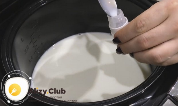Pour in the bowl of multicooker milk.