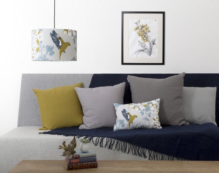 картина в паспарту над диваном