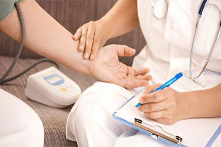 Για να αντιμετωπίσετε την ασθένεια, είναι απαραίτητο όχι μόνο να πάρετε φάρμακα, αλλά και να σταματήσετε το κάπνισμα, να οδηγήσετε έναν υγιεινό τρόπο ζωής, να παίζετε αθλήματα. Ένα άτομο θα χρειαστεί να ελέγξει την αρτηριακή πίεση και τη χοληστερόλη του αίματος.