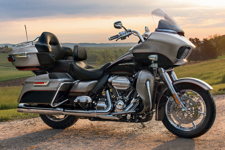 Mon CVO LIMITED 2018 - Page 2 2017-Road-Glide-Ultra-Harley-Davidson-front-view