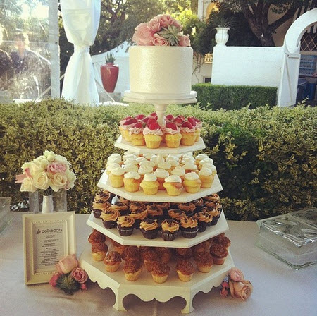 Tips for an Affordable Wedding Cake   BravoBride Credit  Modern Weddings