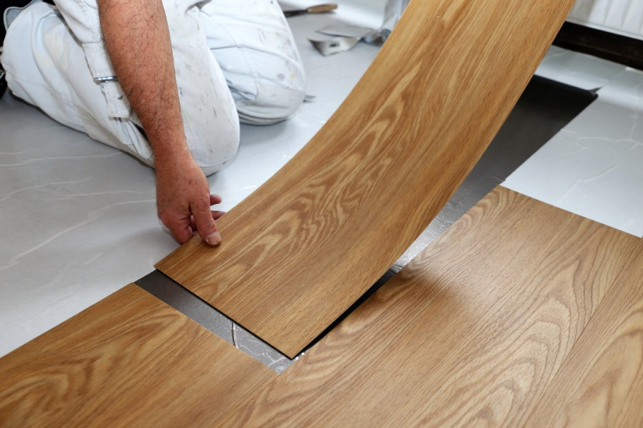 How to Install Vinyl Flooring Direction of boards  The vinyl plank flooring boards should lay parallel to  the longest run of the room  For instance  if the space is  5 feet by 8 feet