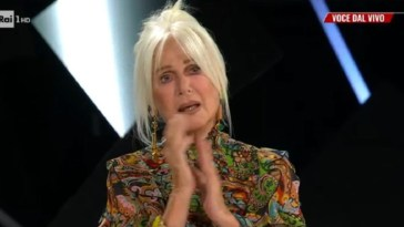 """""""Quello che hai fatto…"""". Loretta Goggi, lacrime a Tale e Quale show. Carlo Conti costretto a fermare tutto"""