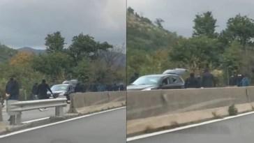 Follia in strada, tifosi bloccano il traffico e aggrediscono gli automobilisti con spranghe: auto distrutte e bimbi terrorizzati
