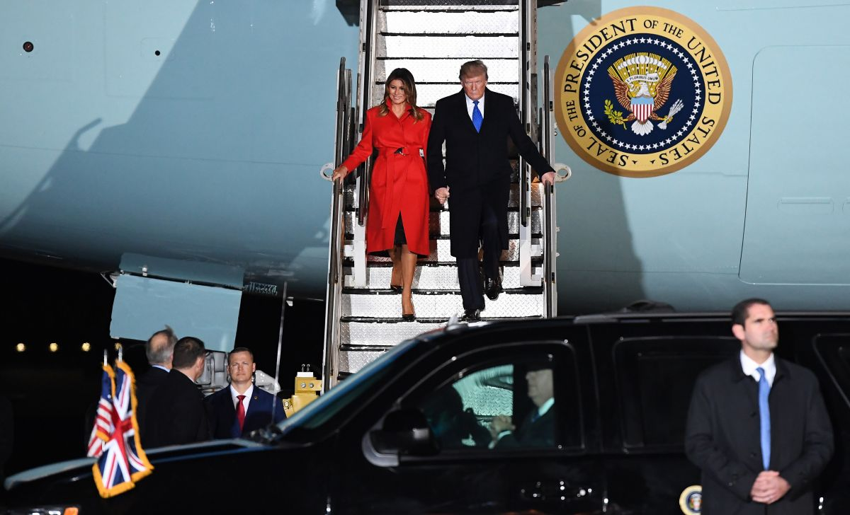 Melania Trump Disembarks from Air Force One after arriving ...