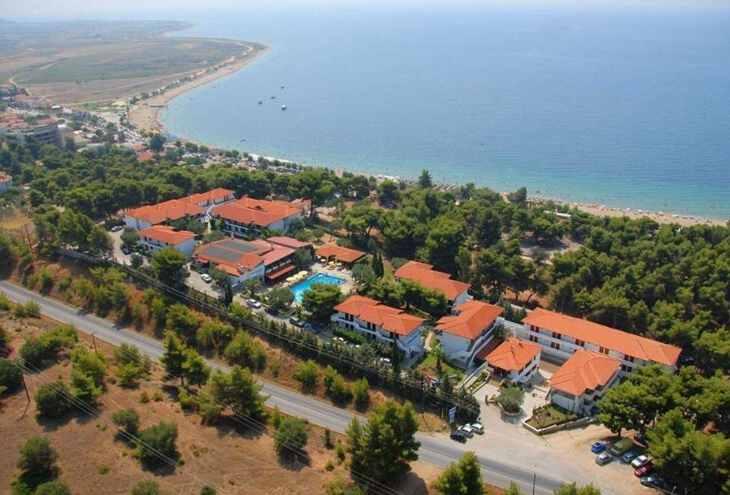 вид на территорию и песчаный пдяж отеля Philoxenia bungalows Греции  с детьми ТОП-17 лучших отелей Греции для отдыха с детьми filo