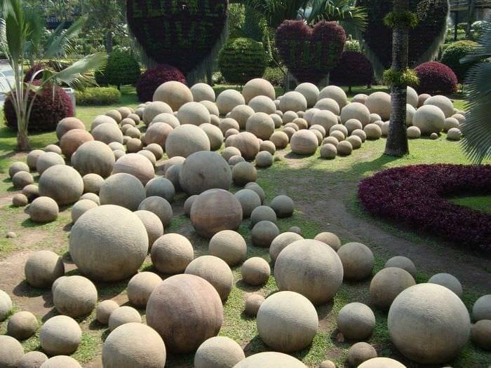 Progettazione interessante del terreno del giardino con le loro mani